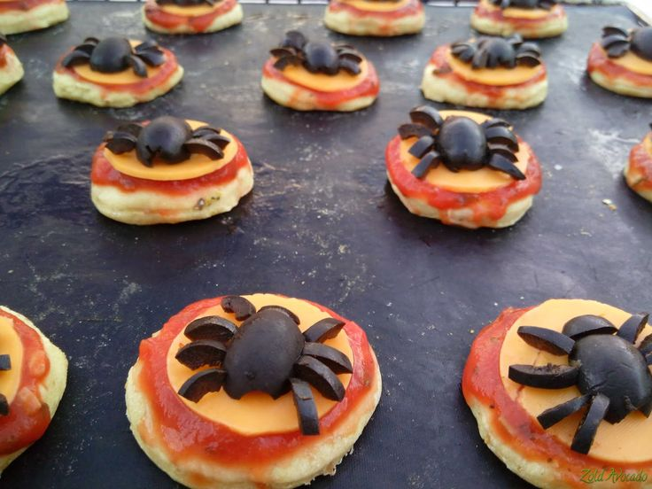 halloweeni mini pizza oliva pókokkal  (gluténmentes, tojásmentes) / Recept / gluténmentes liszt, olíva bogyó, paradicsom püré, bazsalikom levél, fokhagyma, sajt, szódabikarbóna, oregánó