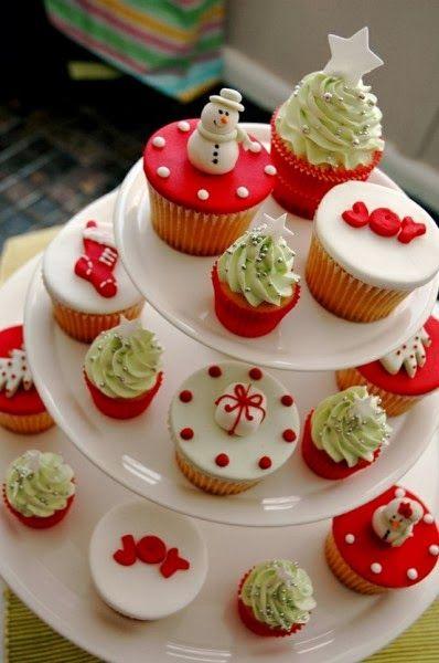 Que tal decorar a mesa de Natal com uma árvore de cupcakes festivos? A ideia é simples e fácil de fazer, e o melhor: fica uma graça.