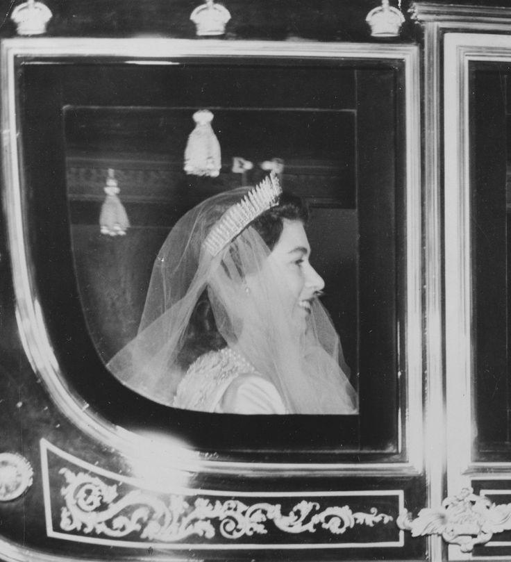 BRUDEN: Prinsesse Elisabeth på vei til katedralen. Tiaraen er ett smykke som hun fikk av sin mor. Det har tidligere tilhørt dronning Victoria og ble da brukt som ett halskjede. Foto: NTB Scanpix