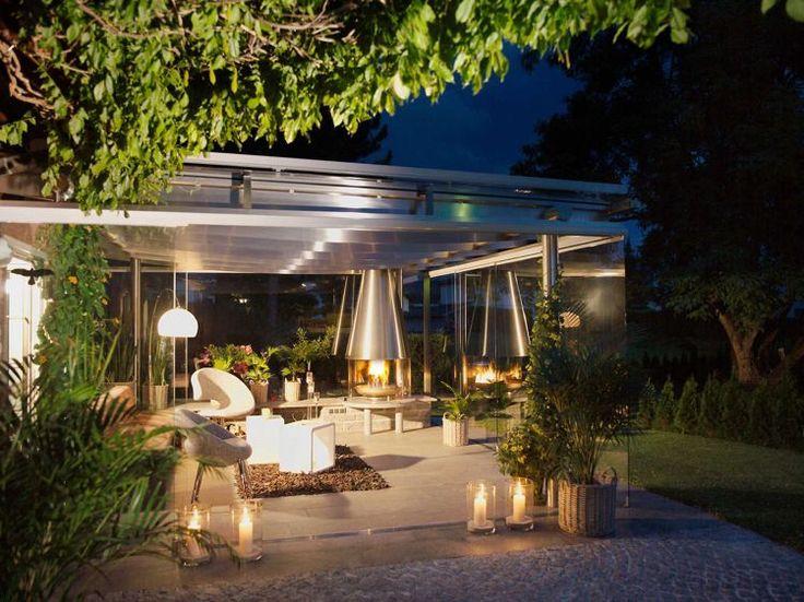 terrasse carrelée avec une cheminée moderne et déco en bougies