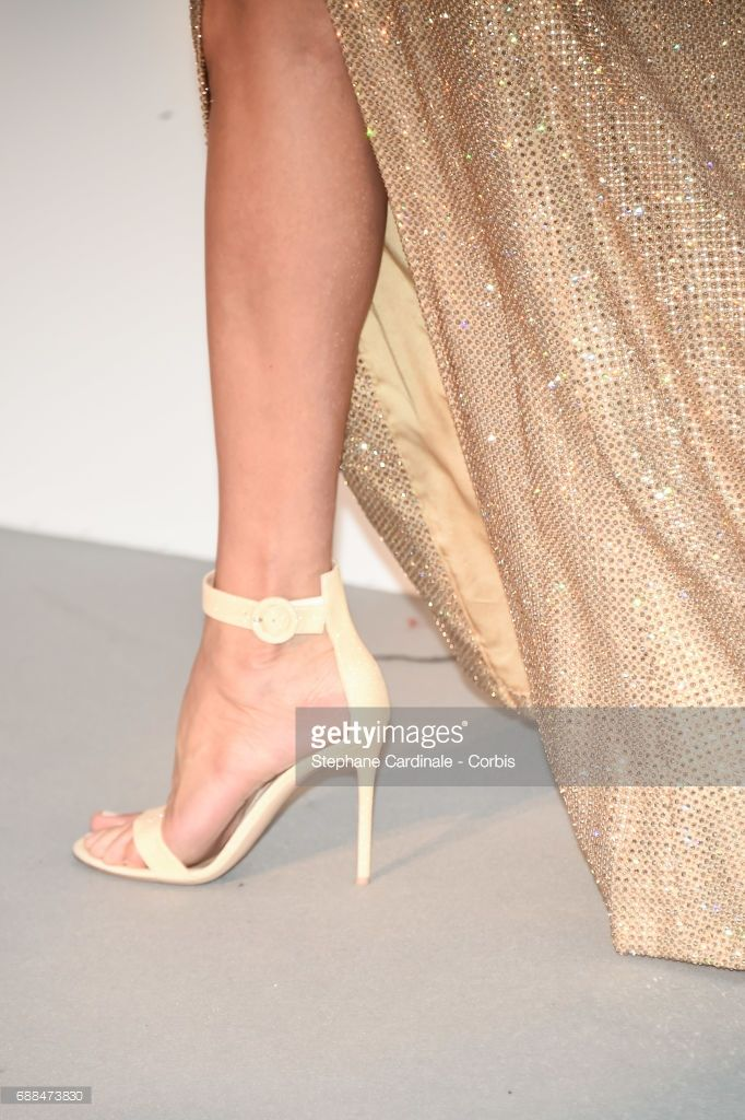Photo d'actualité : Uma Thurman shoes details arrives at the amfAR...