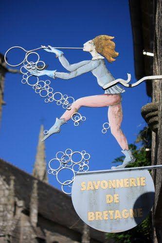 Espérons que leurs vendeurs ne passent pas leur temps à buller... / Locronan. /  Bretagne. / Brittany. / France.