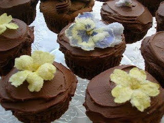Amaretto Easter cupcakes with crystallised flowers