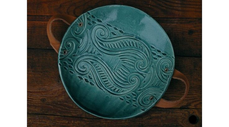 Nyomott mintás kerámiatál bőr füllel (sötétzöld, 23x3 cm) - Kézműves termékek