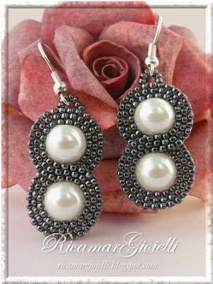 Orecchini Infinito realizzati con perle 8 mm e decorati con una doppia onda in brick stitch di rocailles 15/0 a formare il simbolo dell'infi...