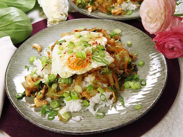 Asiatisk wok med kål och sesamstekt ägg