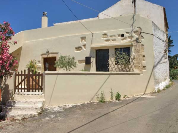 Set in peaceful and cosy Cretan neighbourhood, with typical small court yard in front, and nice views of the village and the green surrounding hills, for sale a partly renovated Venetian House of total 342,41m² with additional building density of 57,69m²...