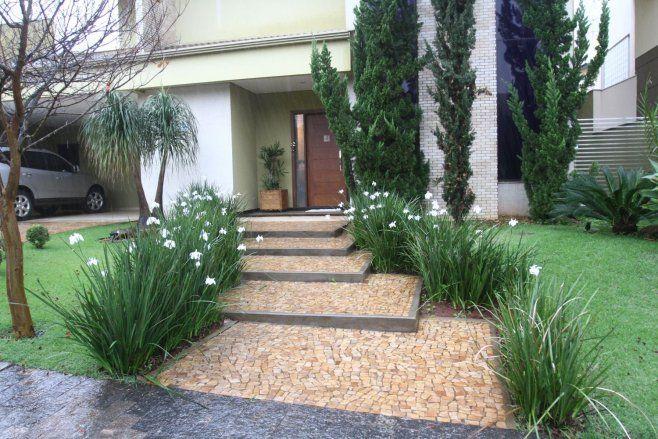 É possível aplicar o piso formando canteiros para plantas ou intercalando faixas de passagem com pedras ou grama  (Crédito: Roberto Custódio/Jornal de Londrina)