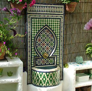 Marokkaans Mozaiek – Marokaanse Fonteinen – Tafels – Spiegellijsten met consuls uit Fess De fonteinen bestaande uit mozaiek handvervaardigt werk afkomstig uit Fess (Marokko) hebben drie maten met verschillende motieven en kleuren kleinste fontein:40cm breed70cm hoog.Vanaf €250,- medium fontein:60cm breed100cm hoog.Vanaf €750,- grootste fontein:90cm breed150cm hoog.Vanaf €1250,- Deze fonteinen kunnen direct op uw waternet (Tuin, balkon, in huis) aangesloten worden.  Momenteel heeft…