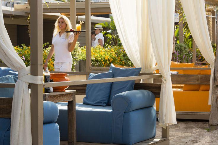 Détente et cocktails à la Plage 45, plage privée du Grand Hôtel, Cannes