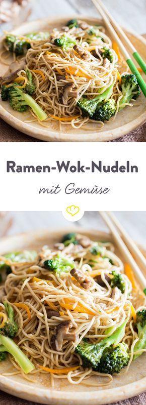 Knackiges Gemüse trifft auf japanische Nudel: Mit Hoisin Sauce im Wok geschwenkt werden Brokkoli, Pilze und Ramen-Nudeln zur vegetarischen Wok-Pfanne.