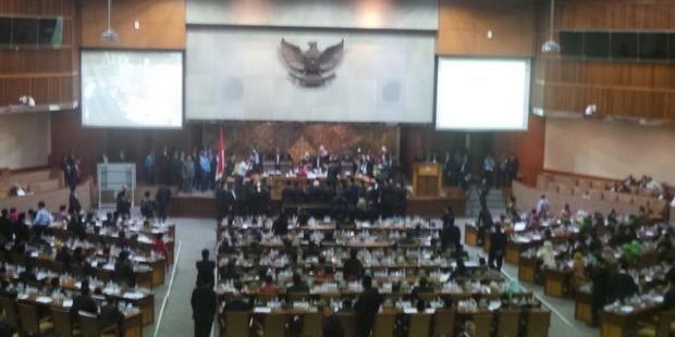 Paripurna Tax Amnesty Alot: PDIP Minta Ditunda PKS Menolak dan Desak Voting  [portalpiyungan.com] Jakarta - Pembahasan RUU Pengampunan Pajak (Tax Amnesty) di rapat paripurna DPR berjalan alot. Salah satunya datang dari PDIP yang meminta agar pengesahannya ditunda. Pembahasan RUU Tax Amnesty ini dilakukan berbarengan dengan pembahasan RAPBNP 2016. Awalnya agenda pertama adalah pengesahan RAPBNP terlebih dahulu baru Tax Amnesty. Tetapi sejumlah fraksi meminta agar urutan dibalik karena Tax…