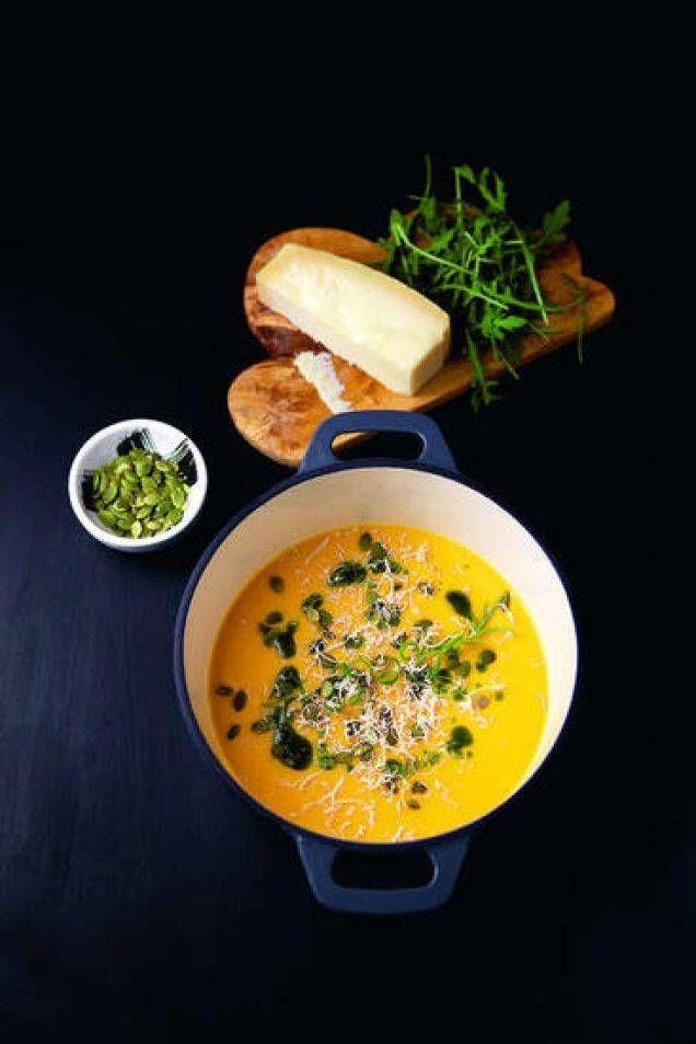 En fantastiskt pumpasoppa som smakar ljuvligt. Perfekt att bjuda på till halloween, och när hösten knackar på dörren. Soppan får sitt sting från ingefära och chili och en härlig syrlighet från apelsin. En färgstark och värmande soppa som är enkel att älska!