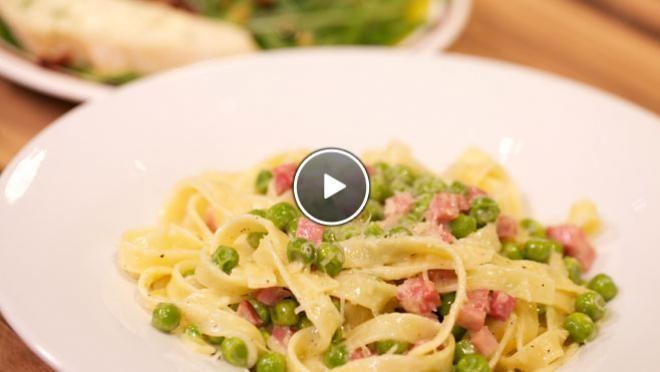 Tagliatelle con panna prosciutto e piselli (pasta met ham en doperwten) & Insalata di rucola & pane con burro - Recept | 24Kitchen