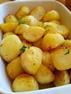 Perfekt ugnsrostad potatisa som blir knapriga utanpå och mjuka inuti. De får sin härliga smak och färg av smör. Ett gott tillbehör att servera till maten