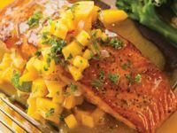 Saumon grillé avec salsa à la mangue et pêche   - Recettes du Québec