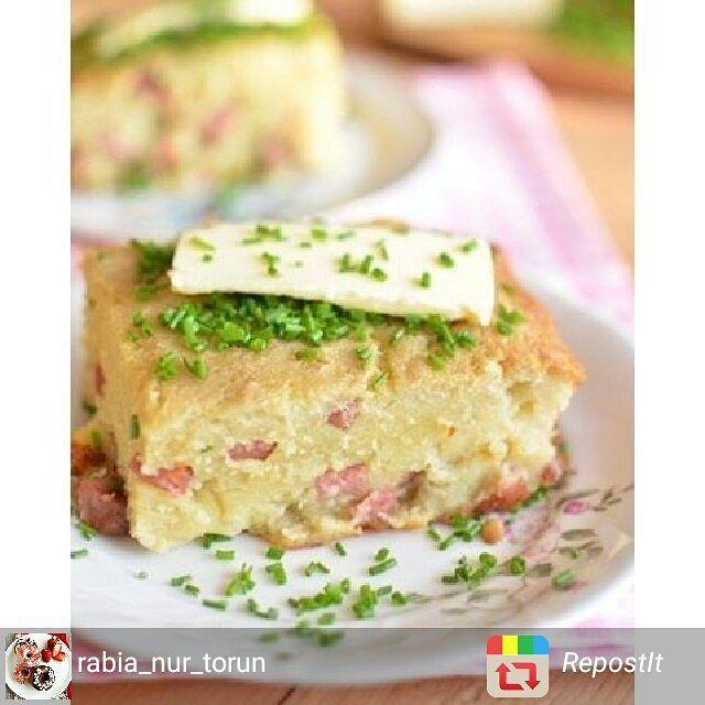 En güzel mutfak paylaşımları için kanalımıza abone olunuz. http://www.kadinika.com @rabia_nur_torun Patatesli sosisli kek  Malzemeler 4 adet orta boy patates 3 adet sosis  1 adet soğan 2 yemek kaşığı sıvıyağ 2 adet yumurta 1 seviye kaşığı tuz 1/2 çay kaşığı kırmızıbiber 1/2 çay kaşığı karabiber  5 yemek kaşığı (un miktarı patates çeşitli bağlıdır)  Yapılışı  Soğanı ince ince doğrayın. Sosisi küpler halinde  dilimleyin.. Bir tavada  yağ ile soğanı ve sosisleri  birkaç dakika kavurun. Patatesi…