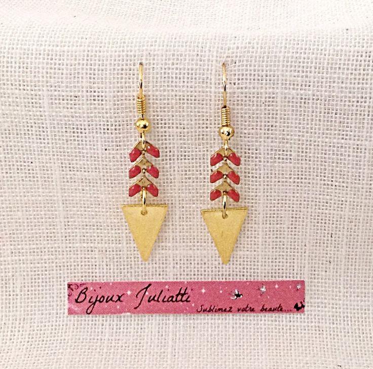 Boucles d'oreille graphique chaîne épi dorée et rose corail : Boucles d'oreille par bijoux-juliatti