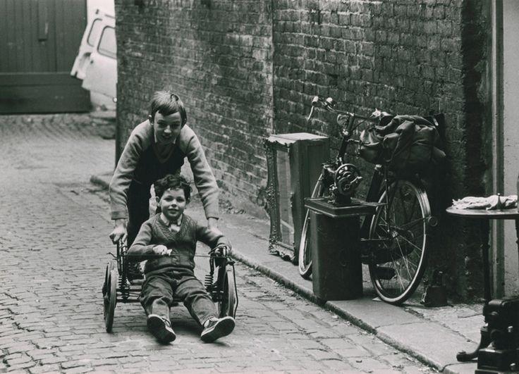 London: Portobello Road flea market (rrpph04004008) - Ronald Reis Photographs - Duke Libraries. 1970s