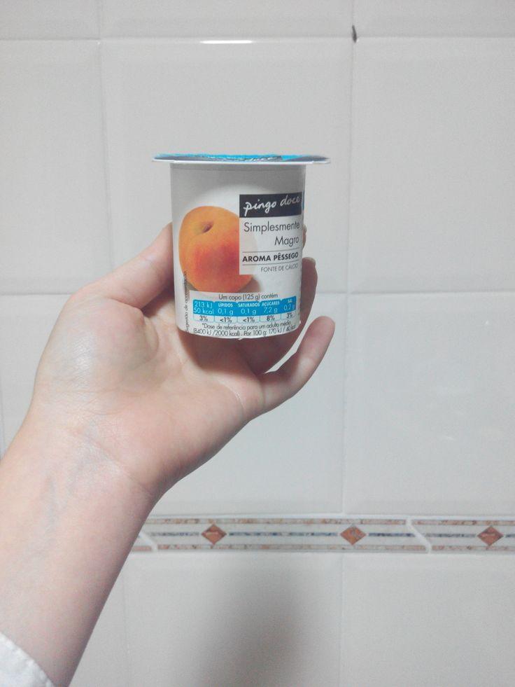 [QUINTO DIA - PEQUENO ALMOÇO] Um iogurte magro de aroma de pêssego para começar o dia. Hoje por esquecimento não coloquei as sementes de linhaça, fica para amanha.
