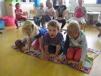 Nog een leuk bewegingsspel waarbij de leerlingen op een actieve manier leren samenwerken. Het doek (boot) wordt omgedraaid zonder dat iemand eraf valt.