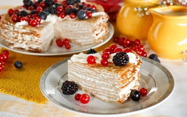 Необычный и легкий торт из блинов со взбитыми сливками и вишней понравится всем любителям сладкого.