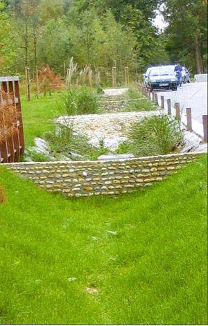 Noue de rétention des eaux pluviales. redents maçonnés