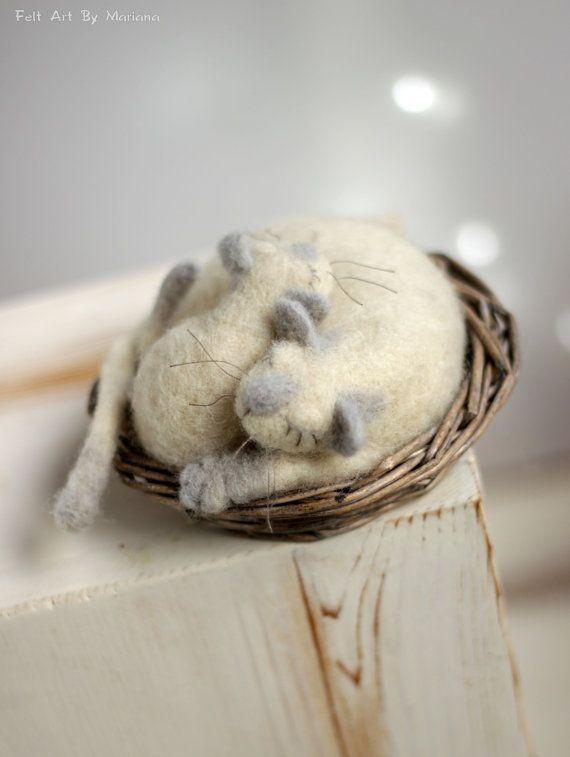 Diese Nadelfilz Katzen wurde vor ein paar Tagen in Sofia geboren. Sie sind aus Wolle und hatte eigene Korb. Sie fallen in Schlaf während des Träumens über Diner.  Größe mit dem Korb:  in Zentimetern: 13 cm Durchmesser  in Zoll: 5,1 x 4,3    Ich benutze Filz Nadel-Techniken und 100 % reine Wolle Form Bulgarien. Ich färben die Wolle von mir, die richtigen Farben zu erreichen.  Ich liebe es, kleine Puppen zu machen und hoffe es gefällt ihnen zu.  https://www.facebook.com/FeltArtByMariana