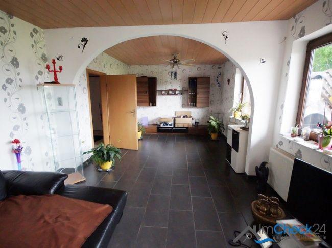 Zwei Zimmer wurden zu einem Wohnbereich zusammengelegt. Der Übergang wurde optisch mit einem Rundbogen verschönert.