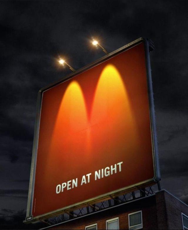 McDonald's、夜間営業を宣伝するロゴマークを使った巧みすぎる看板広告 | ブログタイムズBLOG 【海外広告事例】