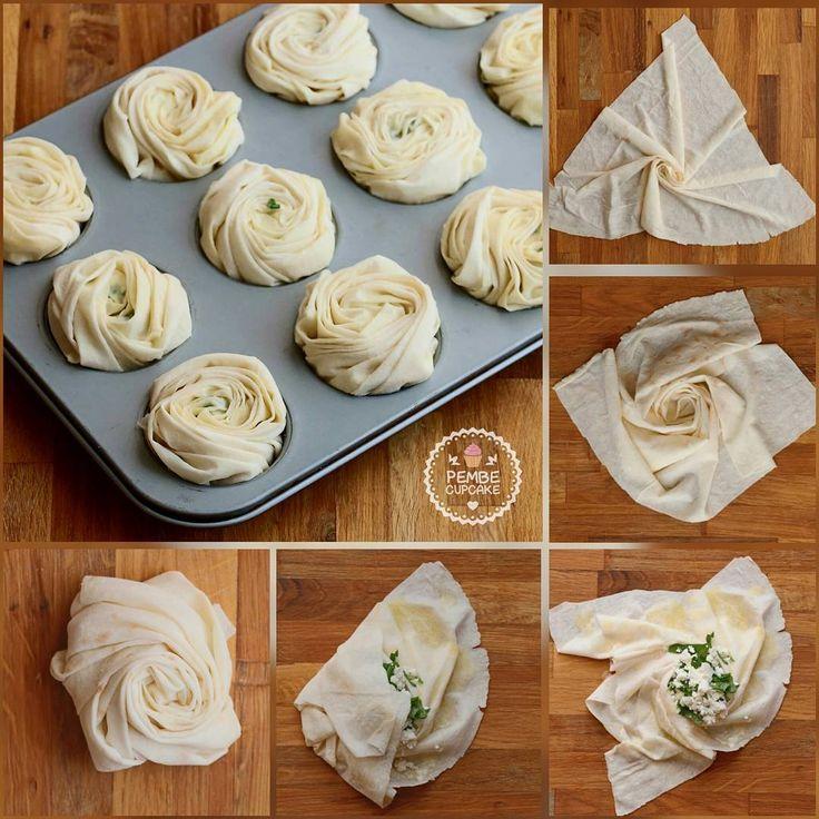 Gonca böröğin yapılışı  Pişmiş halini dün paylaştım.  Tarif   MALZEMELER 15-20 DAKİKA 8-10 KİŞİLİK 4 adet böreklik yufka Sos İçin: Yarım çay baradağı zeytinyağı Yarım çay bardağı su 1 çorba kaşığı un 1 çorba kaşığı sirke 1 çay kaşığı karbonat İç Malzemesi: 1 kase lor peyniri (böreklik peynir kullanırsanız daha lzeetli olur) Maydanoz Üzeri İçin: Yumurta sarısı Çörek otu HAZIRLANIŞI Sos için tüm malzemeyi bir kasede karıştırın. Yufkayı dört eşit parçaya bölün. Her bir yufkayı resimde görd...