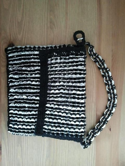 Dit is een overslagtas gemaakt met bliklipjes en katoen. Je mag me altijd om het patroontje vragen.