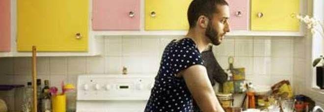 Troppa parità tra uomini e donne uccide il desiderio sessuale, soprattutto se i ruoli tra le mura domestiche si confondono. http://www.wellvit.it/blog/luomo-casalingo-fa-meno-sesso/