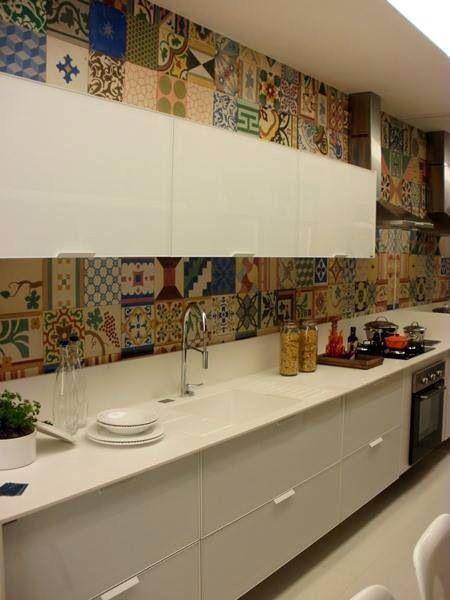 Cozinha branca com ladrilho hidráulico por Andressa Fonseka #kitchen #homedecor…