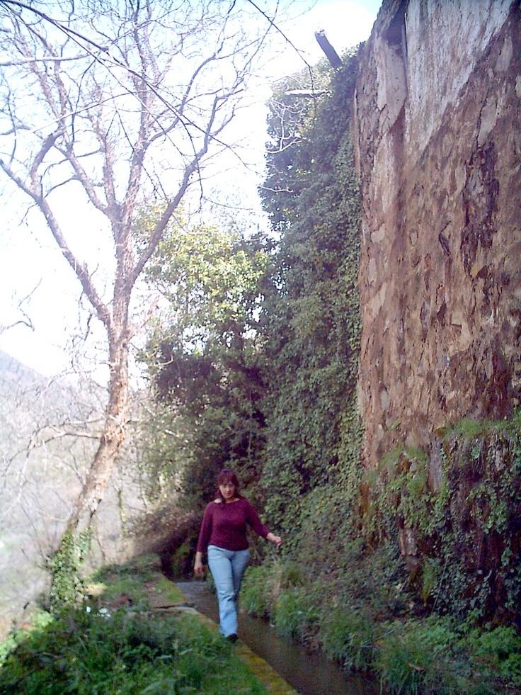 Bajo el pueblo se encuentra esta acequia que llevaba agua al viejo molino que actualmente se encuentra en estado de ruina.