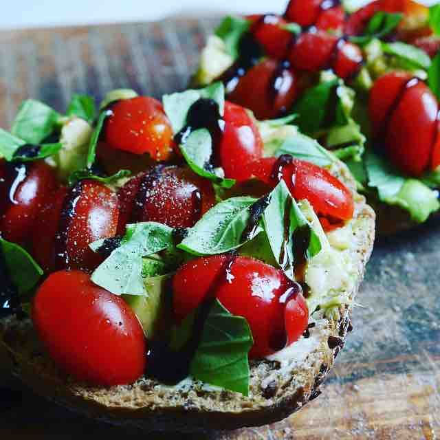 Verwen jezelf #happyday #foodie #fitfood #inspiration #lunch #purefoodie #mondays #healthychoices #veggies #green #herbs #basil #basilicum #tomato #tomaat #brood #vers #fresh