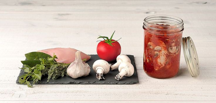 Dans un faitout, faire revenir vos blancs de poulet dans un fond d'huile d'olives jusqu'à ce qu'ils soient bien dorés puis ajouter l'oignon émincé finement et poursuivre la cuisson 5 minutes à feu vif. Ajouter le concentré de tomate, le vin blanc, la tomate pelée et coupée en morceaux, l'ail en gousse, le bouquet garni. Saler, poivrer et laisser cuire 15...