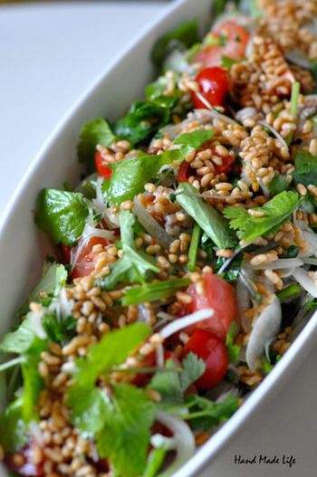 お料理にあと一品欲しいな…という時は、手軽にササッと作れる「サラダ」はいかがでしょう?こちらはパクチー好きにはたまらないサラダ。オーブントースターで玄米を香ばしくローストして、カリッカリに仕上げて食感も楽しいサラダに♪