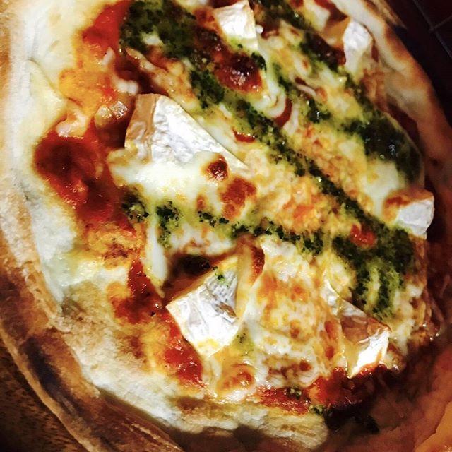 皆さんこんにちは!  今日もジトジト蒸し暑いですね。  東京の最高気温は35度らしいですね。  しっかりと水分補給して熱中症には十分お気をつけ下さい!  さて本日はメニューのご紹介♪ 【  3種チーズのマルゲリータ 】  他のピザを食べてもやっぱり最後はシンプルなピザが一番美味しさを感じるなぁっと思います。  口いっぱいにチーズの旨味、トマトの酸味、ジェノベーゼの香りを楽しんでください♪  #wine#cheese#肉とチーズのお店#王子#北区#駅前#meat#beer#個室#dinner#🍷#🍺#チーズ#welcome#beef#cocktail#bar#クラフトビール#飲み放題#ステーキ#肉 #party#女子会#肉食女子会#family#ハイボール  https://retty.me/area/PRE13/ARE24/SUB2401/100001221412/ 肉とチーズのお店王子店 東京都北区王子1-9-15 リバティビル7F 0339121888