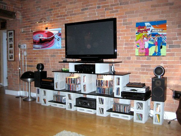 Mueble de televisión hecho con bloques de hormigón