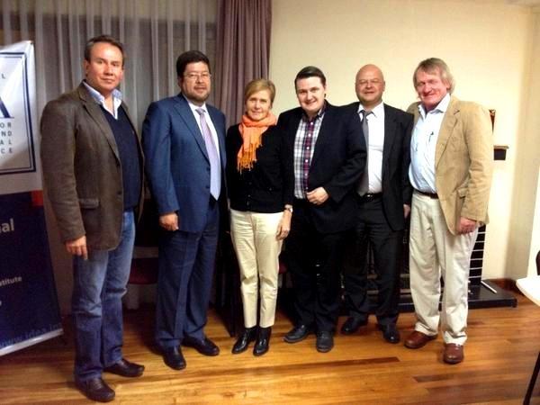 Interesante reunión con los parlamentarios daneses del Partido Liberal, observan el estado de la democracia en Bolivia.    Si tienes curiosidad y quieres saber más sobre Dinamarca, ingresa al siguiente enlace: http://es.wikipedia.org/wiki/Dinamarca