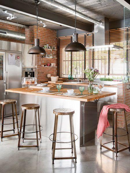 Cocina con isla de estilo industrial