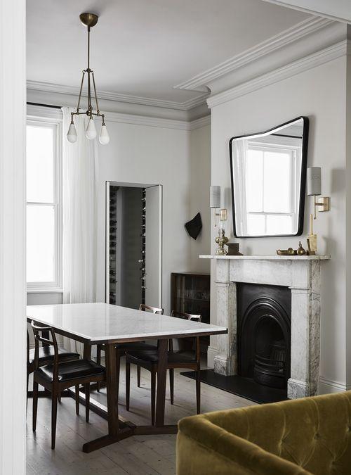 Jadalnia | Marmurowy Kominek + Lustro W Czarnej Ramie + Stół O Marmurowym  Blacie I Drewnianej
