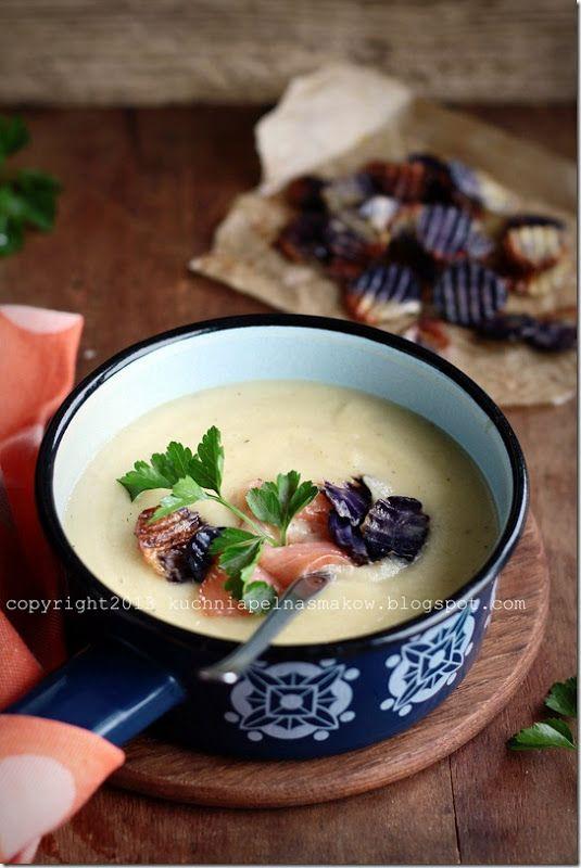 Sycąca zupa z pasternaku, pietruszki, jabłka i ziemniaków z łososiem