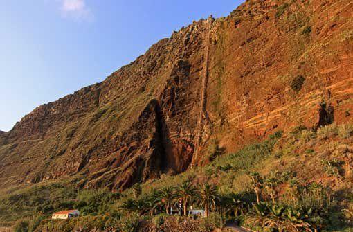 Der Strand von Fajã dos Padres auf Madeira ist nur mit einem spektakulären Aufzug zu erreichen. www.casadomiradouro.com oder www.madeiracasa.com