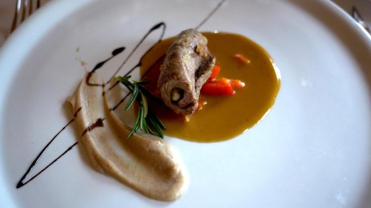 Y con un segundo plato de lujo (Rulo de solomillo con núcleo de foie sobre salsa de albaricoque y puré de castañas) esperamos al postre con más y más expectativa.    http://www.esrecoderanda.com/