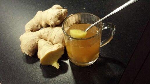 Heksenthee bij keelpijn: verse gemberstukjes met citroensap en kaneelpoeder en cayennepeper en honing en heet water erop.