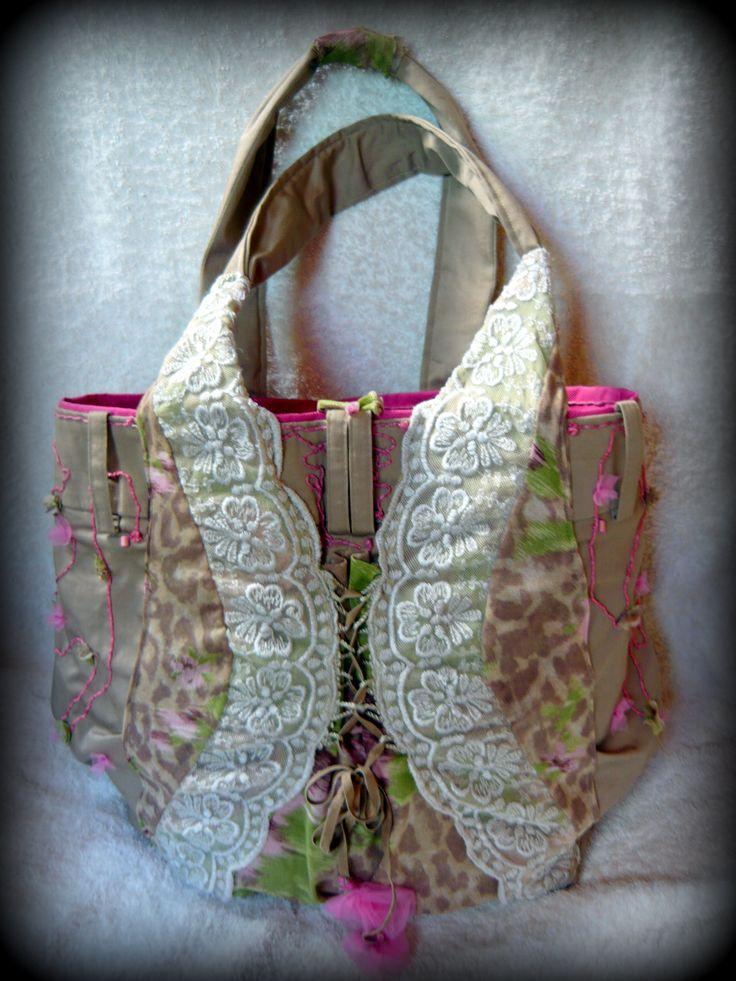 Romantikus táska -Handmade by Judy Majoros: Alapja egy teljesen egyszerű bézs színű nadrág volt, ebből alakult ki egy kis csipke, zsinór és gyöngy valamint a képzelet hozzáadásával ez az igazán nőies táska.   Bélése vízhatlan anyag, ami tartást ad a táskának. A hátsó részén két 10x12 cm-es, valamint a belsejében egy 20x15cm-es zseb található. Egy patenttal záródik. Kézzel mosható.