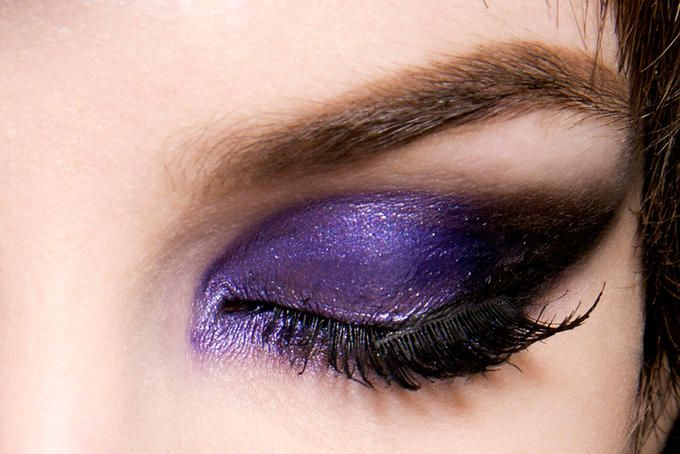 occhio truccato con un ombretto viola scuro