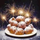 Één ding wat je niet mag vergeten met kerst en oud en nieuw is oliebollen en appelflappen. Lees in dit artikel hoe je ze bakt, de top 10 beste oliebol...